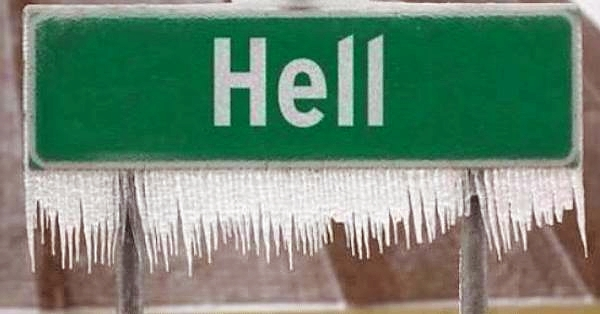 """Hell is freezing over"" (Ortsschild von ""Hell"" voller Eiszapfen)"