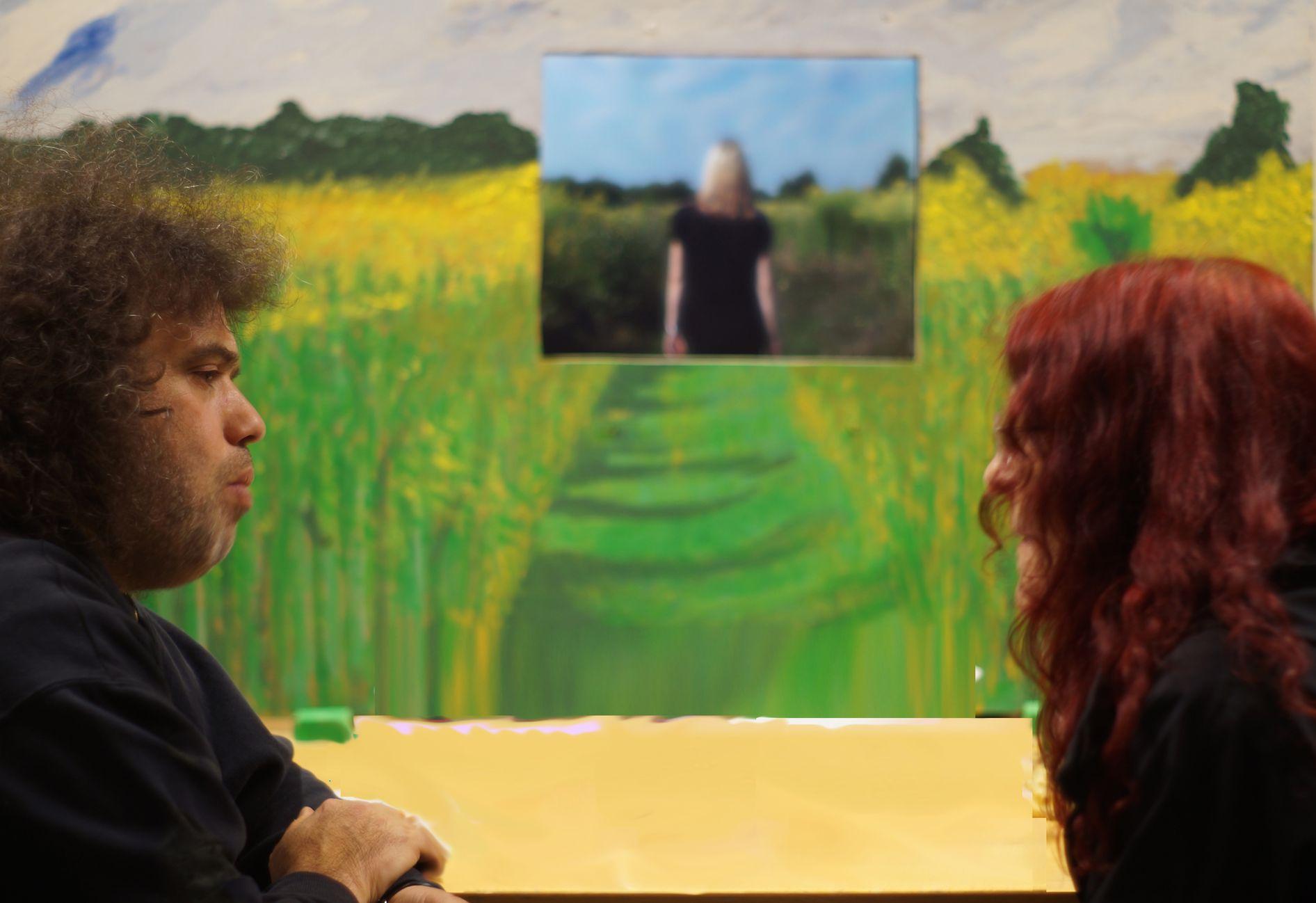 Aziz Onuk im Künstlergespräch, im Hintergrund seine Installation