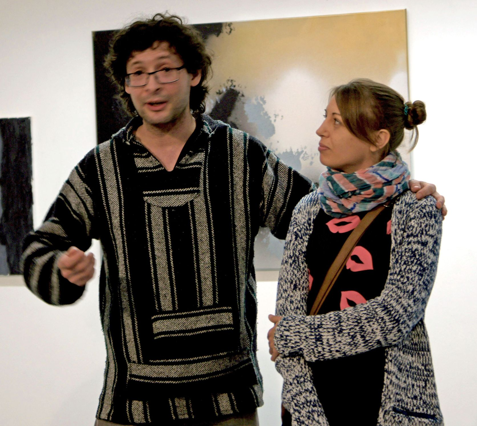 Frau Fenster lauscht, was Yunus Konrat über sie erzählt