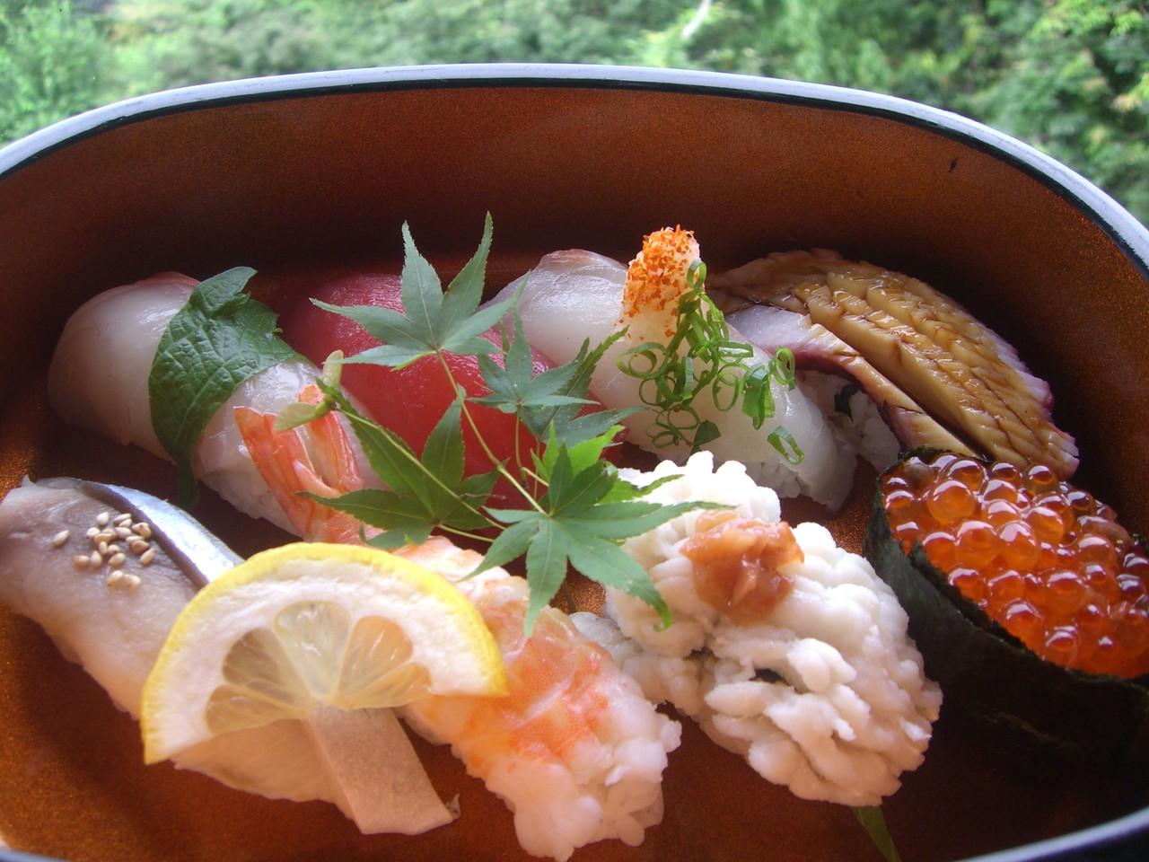自然の中で季節の魚を