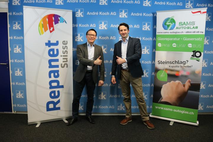 Richard Schöller, Business Development Manager der André Koch AG (links), und Aaron Neustadt, stellvertretender Geschäftsführer der SAMS-Autoglas AG.