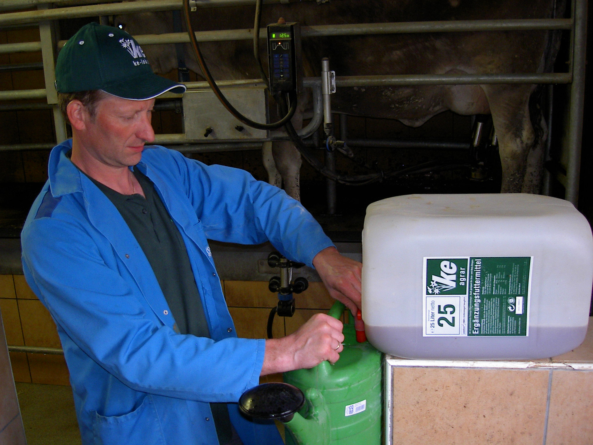 Erfolgt die Dosierung von KE-agrar mit einer Gießkanne sollte KE-agrar mit Wasser verdünnt werden um eine zu hohe Dosierung zu vermeiden.