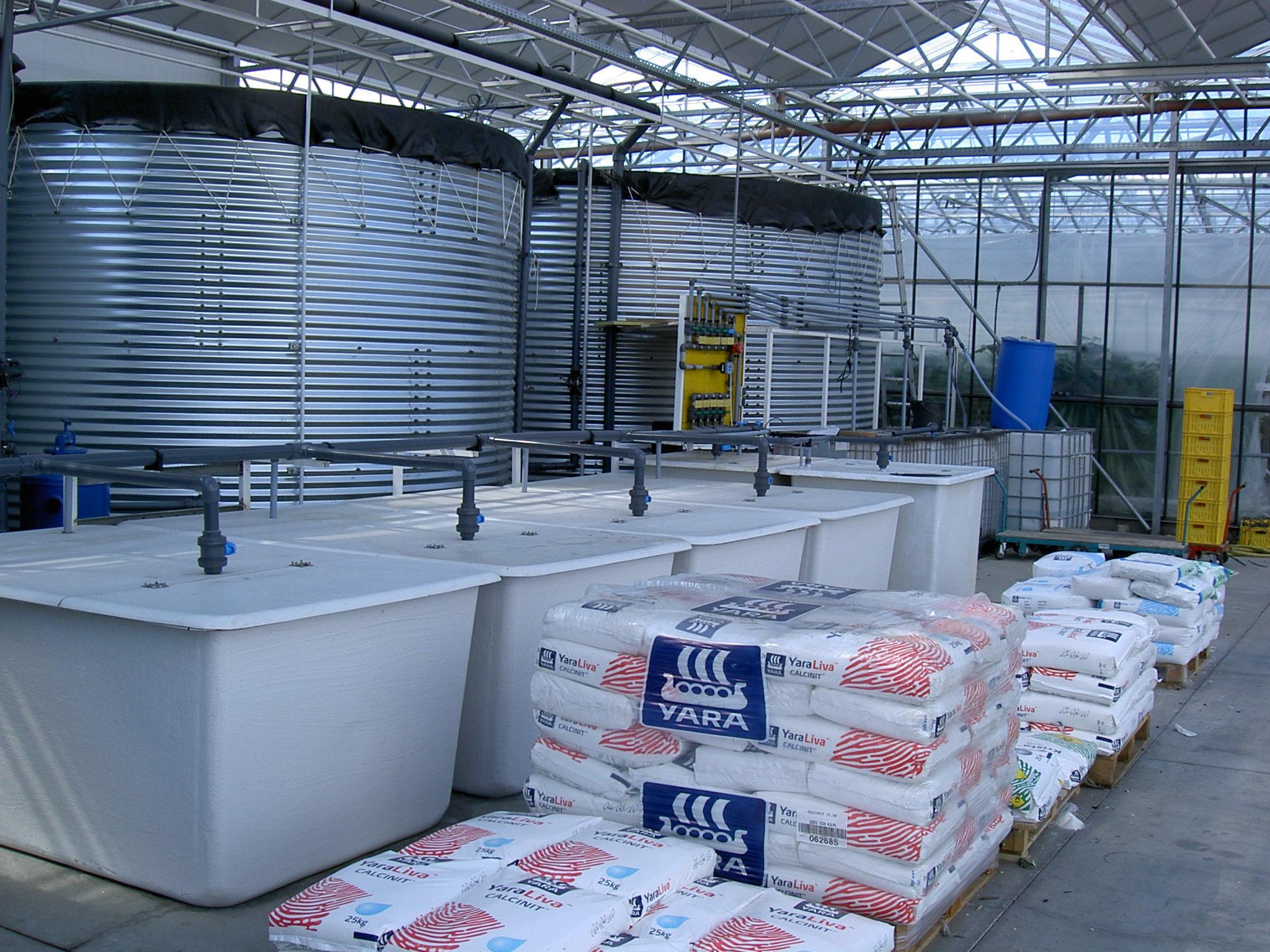 Nährstoffe werden über das Bewässerungssystem dosiert.