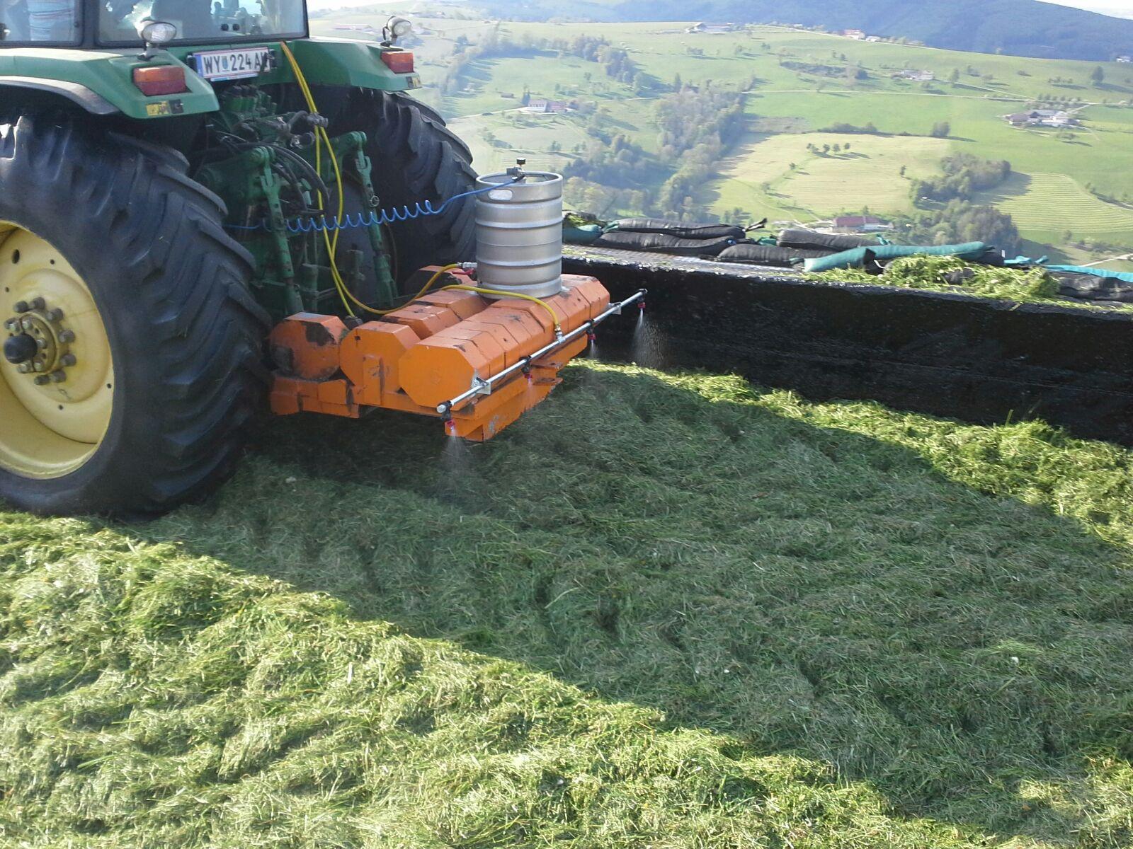 Wird während des Verdichtens KE-agrar dosiert, so ist jede frische Lage mit KE-agrar zu behandeln.