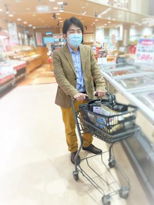 スーパーで買い物をする補助人工装着者