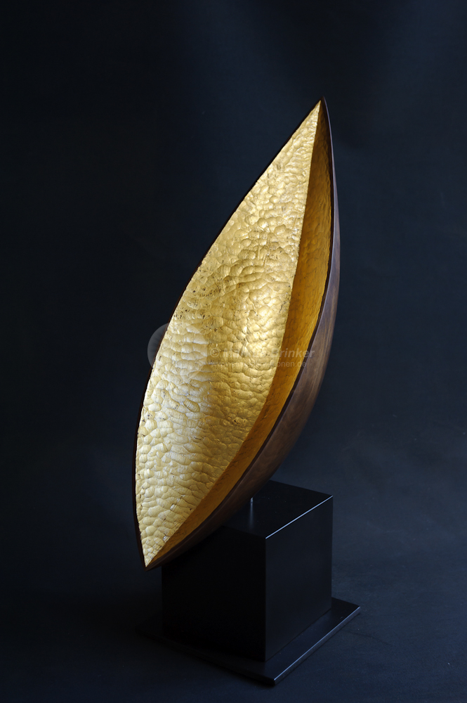 Lichtsaat, Walnussholz, 24 ct Blattgold, 62 x 40 x 21 cm auf Sockel