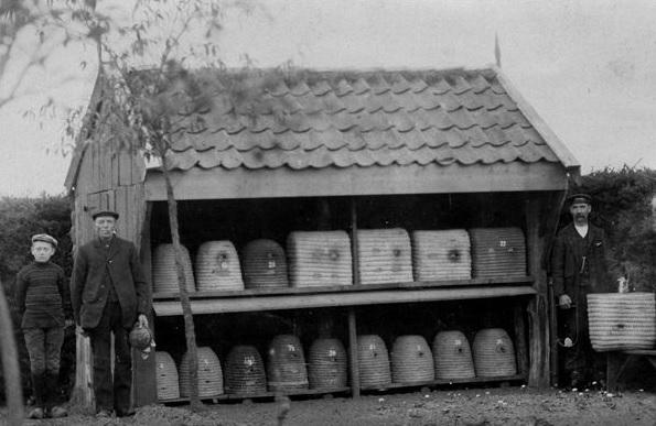 iemenschoer bij boerderij in Schoonebeek