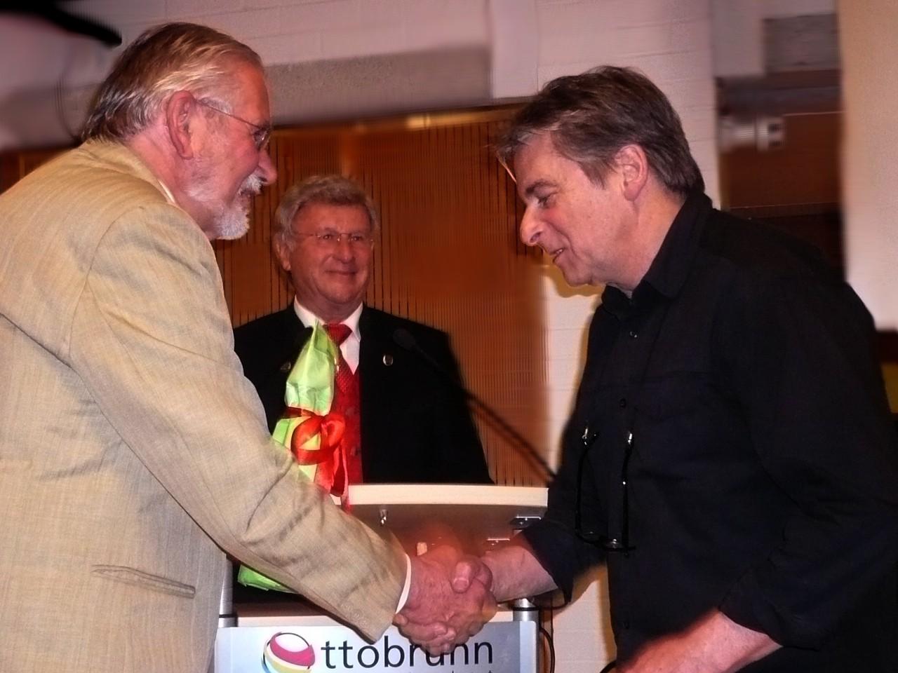 Klaus Bichlmeier erhält eine Auszeichnung
