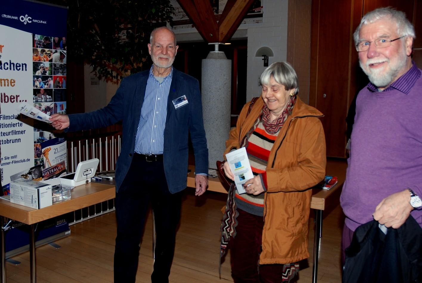 Der Clubleiter begrüßt die Ebersberger Filmfreunde