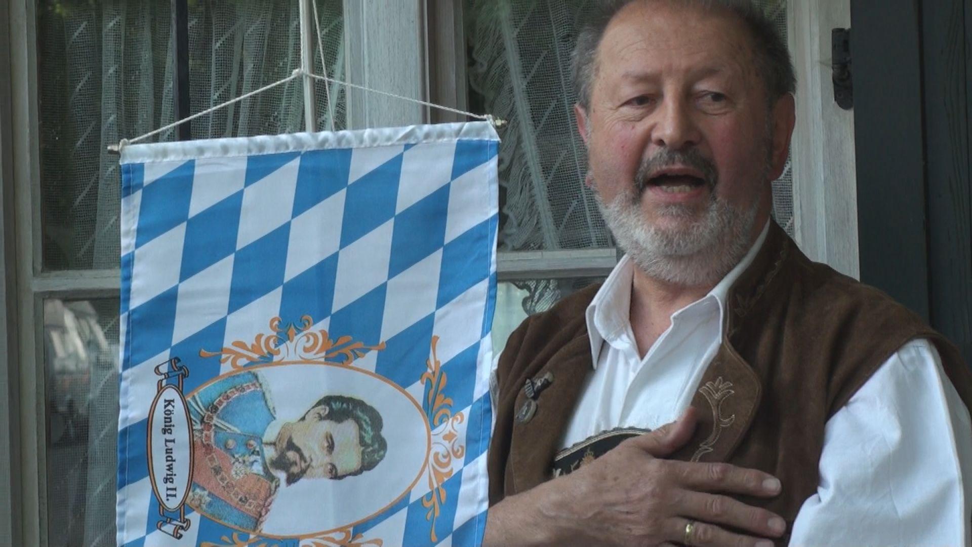 ... und dann wird erst mal die Bayernhymne gesungen.