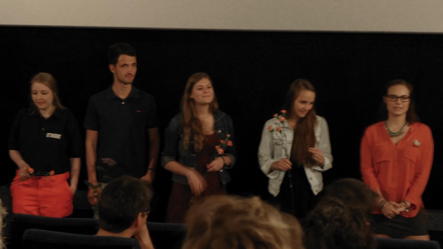 Das Film Team, die Helfer und die Schauspieler werden vorgestellt, insgesamt 17 Personen