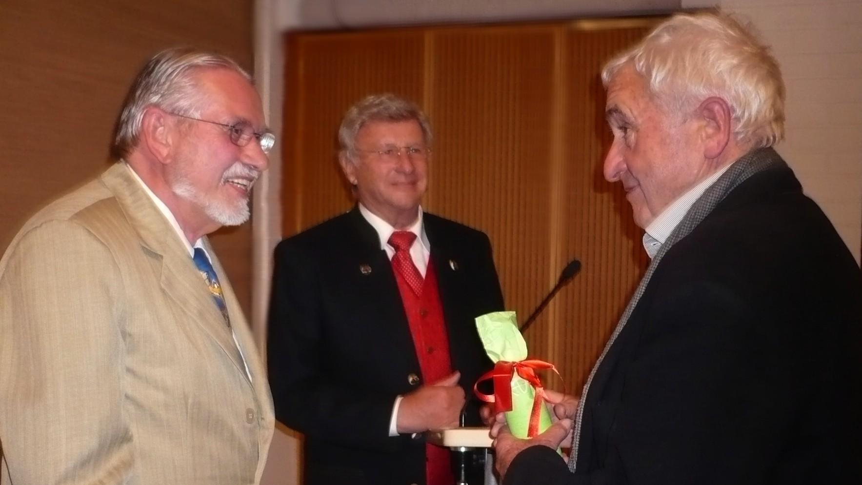 Johann Weber erhält eine Auszeichnung