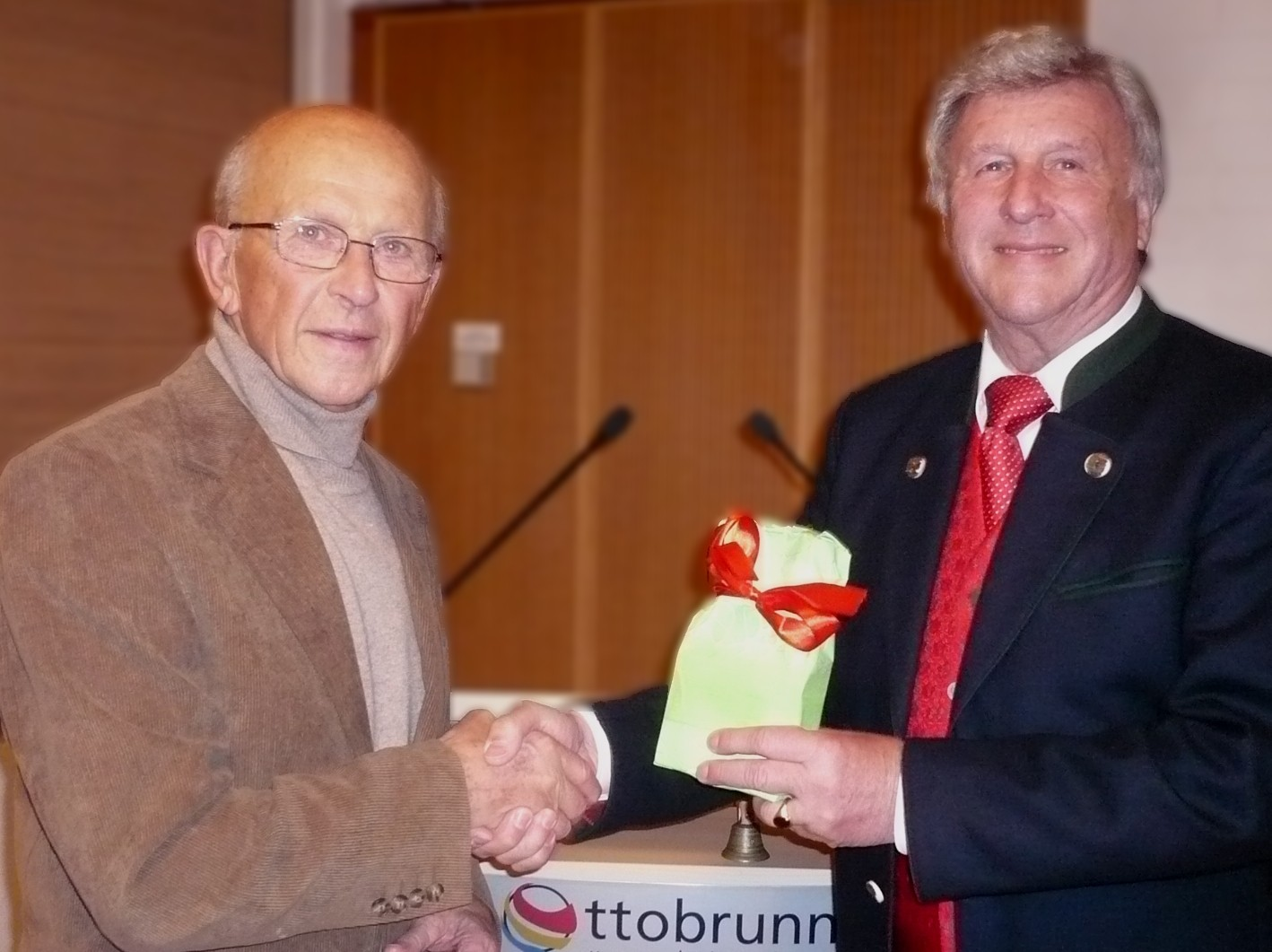 Rudi Kühnl erhält eine Auszeichnung