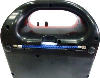 На дне компрессора хранятся гибкий шланг и насадки