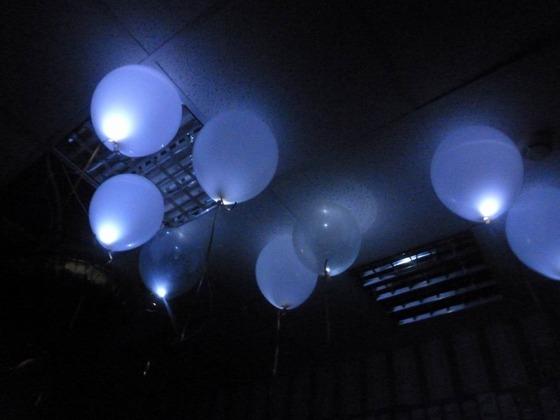 воздушные шары из латекса, надутые гелием, с светодиодами внутри (с светодиодной подсветкой)