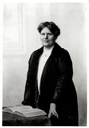 Luise Kiesselbach steht vor einem aufgeschlagenen Buch.
