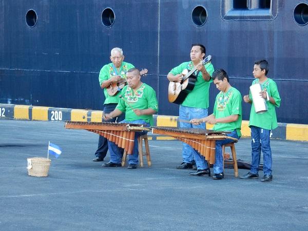 Musikalisches Willkommen direkt vor dem Schiff