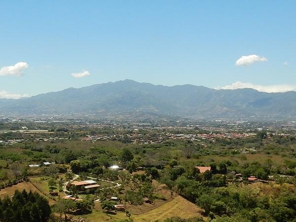 Im zentralten Hochtal, zwischen 2 Gebirgsketten, auf rund 1000 m.ü.M., leben die meisten Menschen in Costa Rica.
