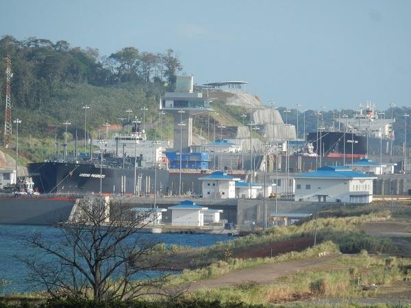 Vorbei an der neuen Schleuse für die grossen Containerschiffe