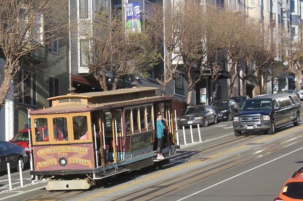 Die Cable Cars, die Kabelstrassenbahn. Ein Drahtseil läuft in einem Graben unterhalb der Strasse und zieht die Cars die steilen Strassen hoch.