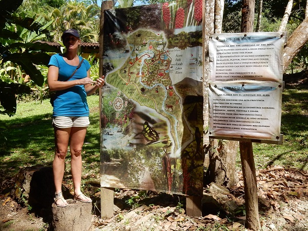 Unsere lokale Reiseleiterin, ein ausgewanderte junge Deutsche, informiert uns über den Park.