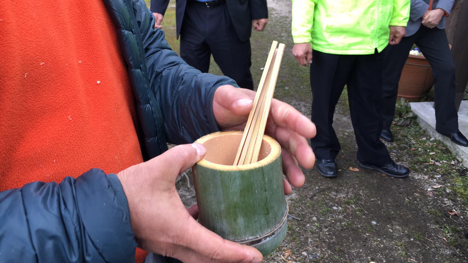 自分で竹から作った食器と皿でご飯を食べてみる遊び
