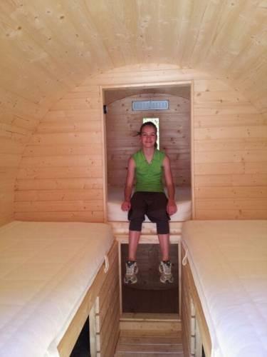 Una cama doble y dos individuales con bajos practicables