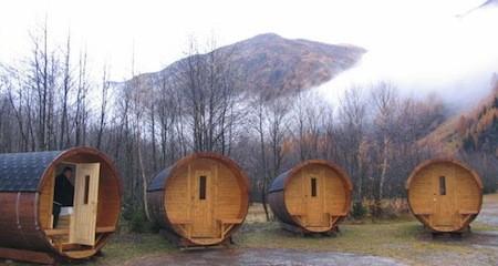 estos bungalows son parte de las instalaciones de un refugio de montaña