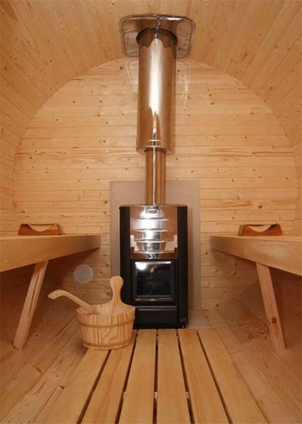 Nuestras sauna incluyen dos amplios y cómodos bancos, suelo plano, apoyacabezas, cubo, cucharón, reloj de arena y termómetro. La caldera es de leña, con puerta frontal por donde pondrás los trozos de madera y verás las llamas.