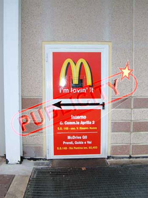 adesivo personalizzato, stickers customized ,applicato su Porta di ingresso