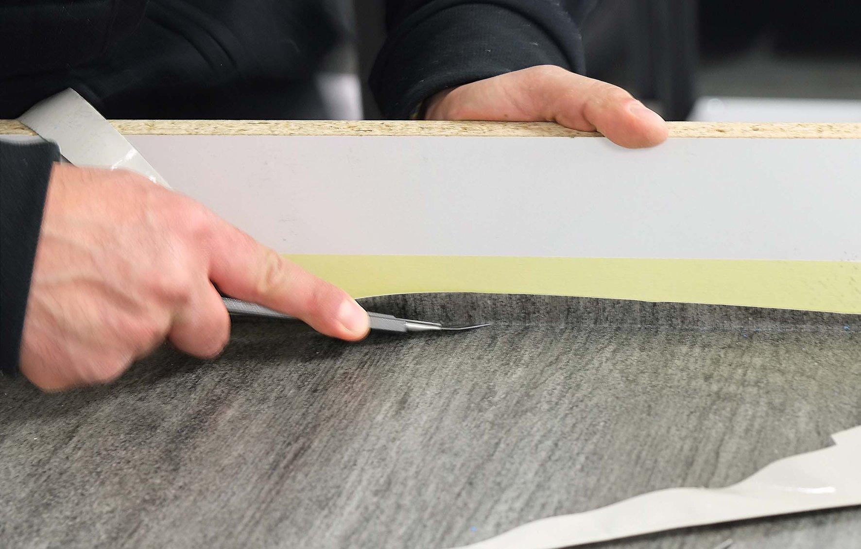 in fase di allestimento - rivestimento tavolo con materiale effetto 3D - wood