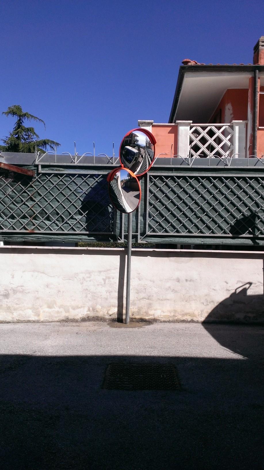 Specchi parabolici infrangibili all'interno condominio