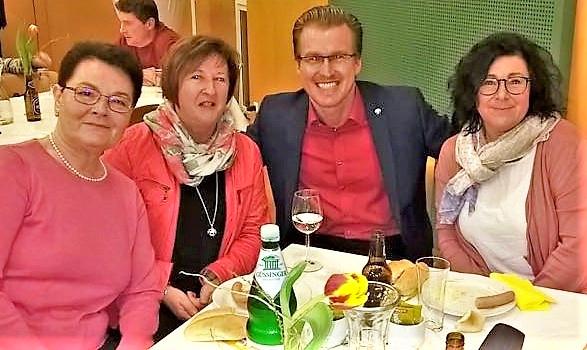 LGF Oliver Wieser von drei Hübschen eingekreist