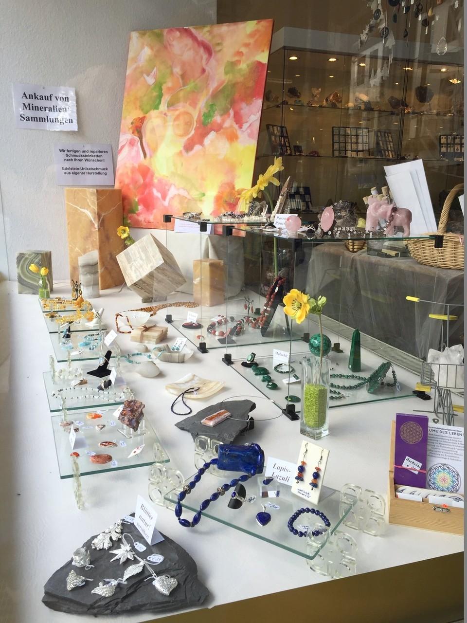"""Schaufenstergestaltung mit visioneller Kunst: """"SUMMER FEELINGS"""" von Britta Sembowski bei KRISTALLE UNTERM KRÖNCHEN in Siegen"""
