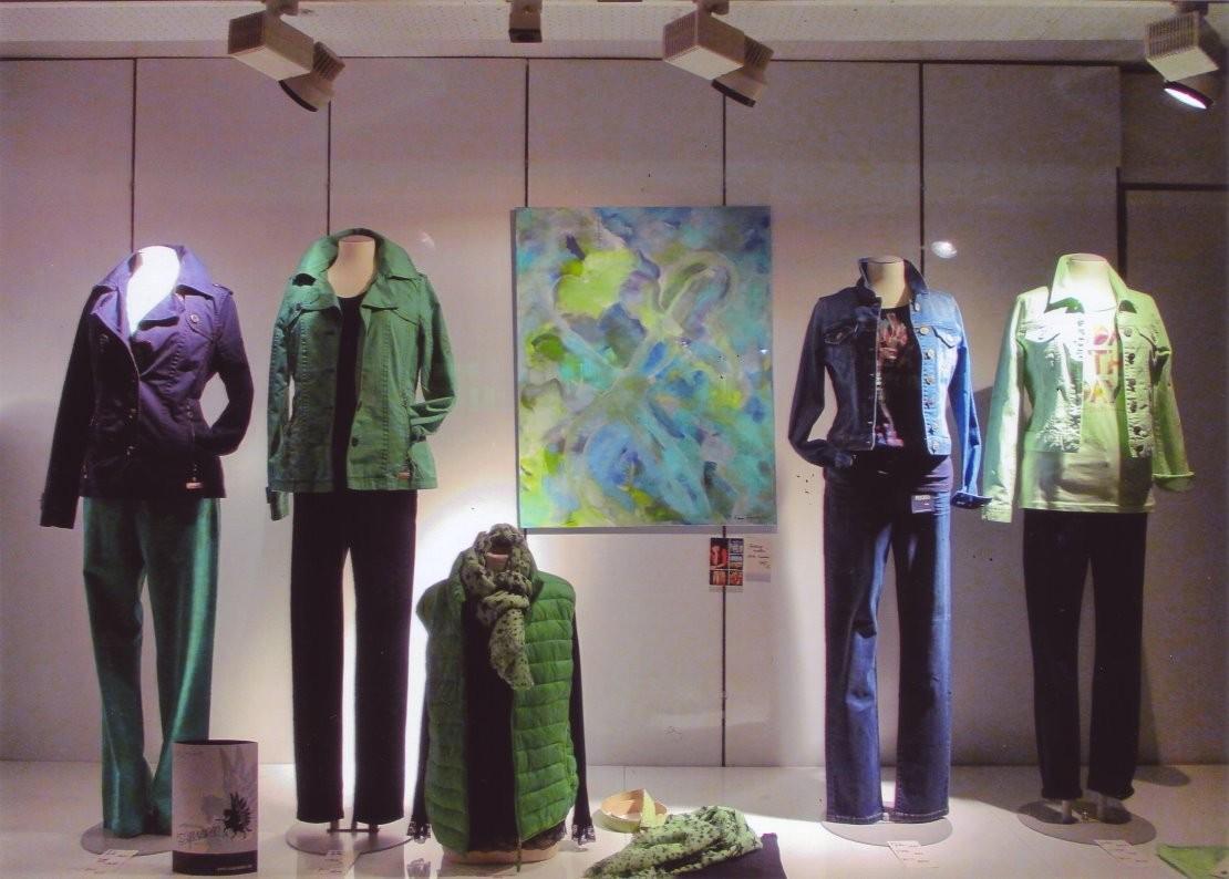 """Visionelle Kunst im Schaufenster von Modehaus Kattner/Neunkirchen: """"DU MUSST DICH NICHT VERBIEGEN"""" von Britta Sembowski"""