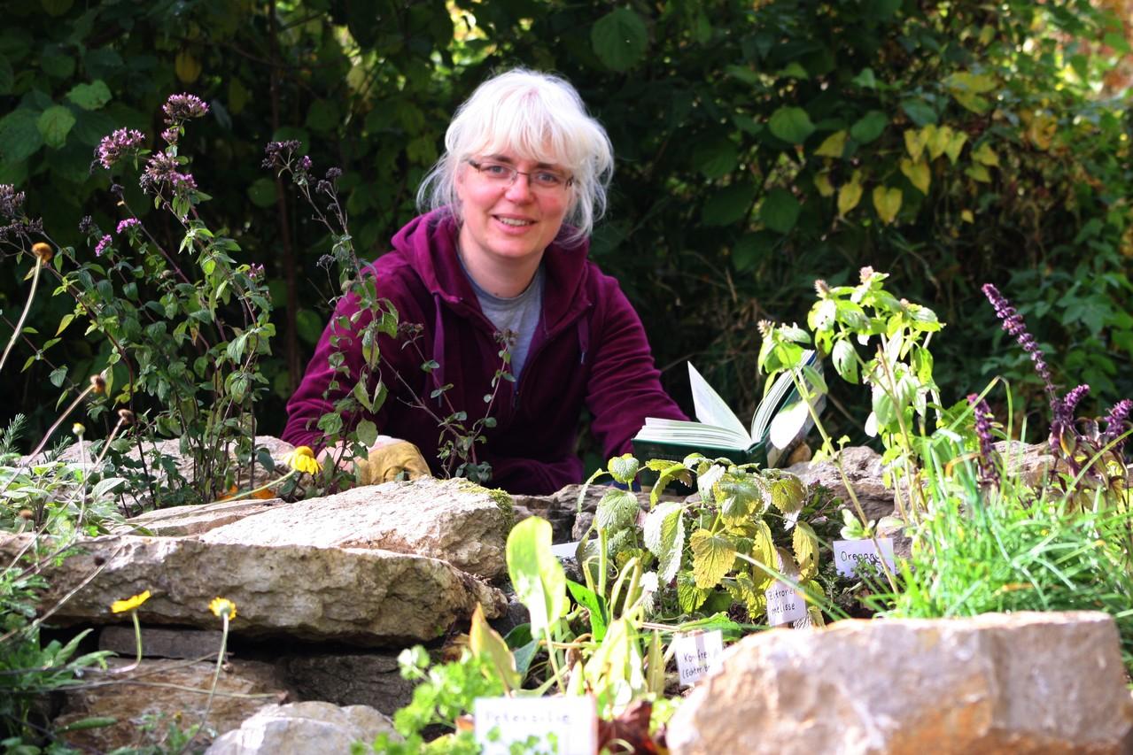 Barbara Singer bepflanzte die Kräuterspirale im Herbst 2012 mit verschiedenen Kräutern. / Foto: D. Singer