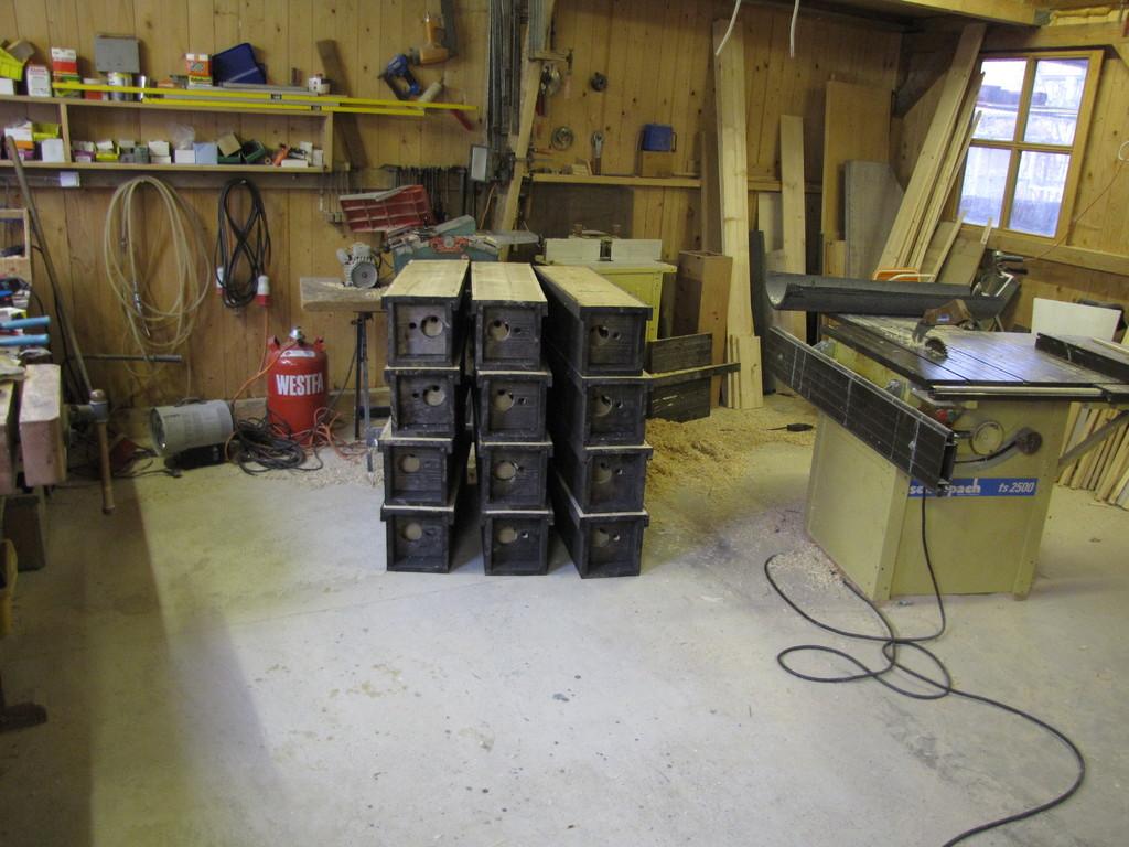 12 von über 50 in den letzten 2 Jahren gebauten und aufgehangenen Steinkauzniströhren im eckigen Format / Foto: Th. Elberich