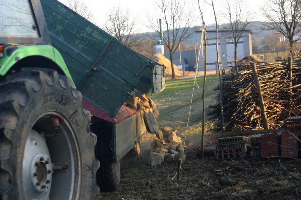 Mit Unterstützung eines Landwirtes werden die auf dessen Acker gesammelten Steine für die Anlage des Lesesteinhaufens angeliefert