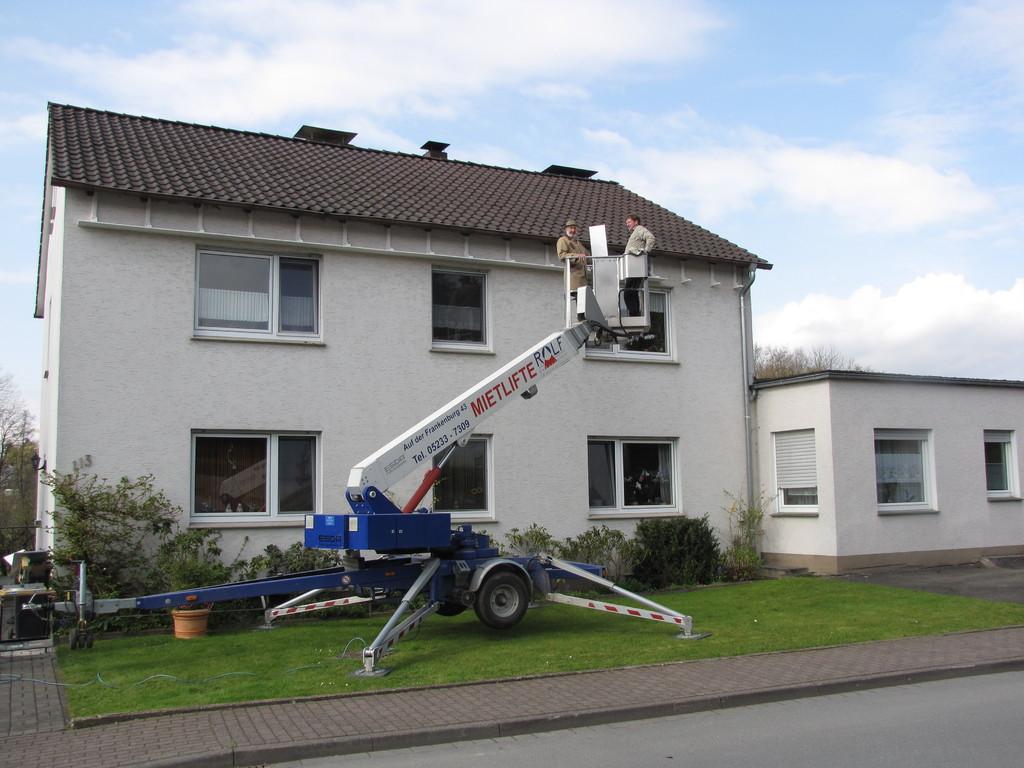12 m lange Kotfangbretter wurden in Brakel mithilfe eines von der Dachdeckerei Rolf GmbH & Co.KG aus Steinheim bereitgestellten Hubsteigers montiert