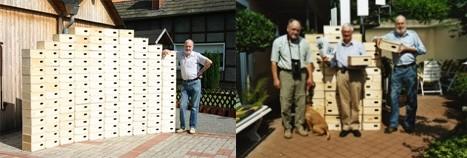 Vom NABU gebaute Mauerseglerkästen werden in Warburg Herrn Beine (Mitte) übergeben