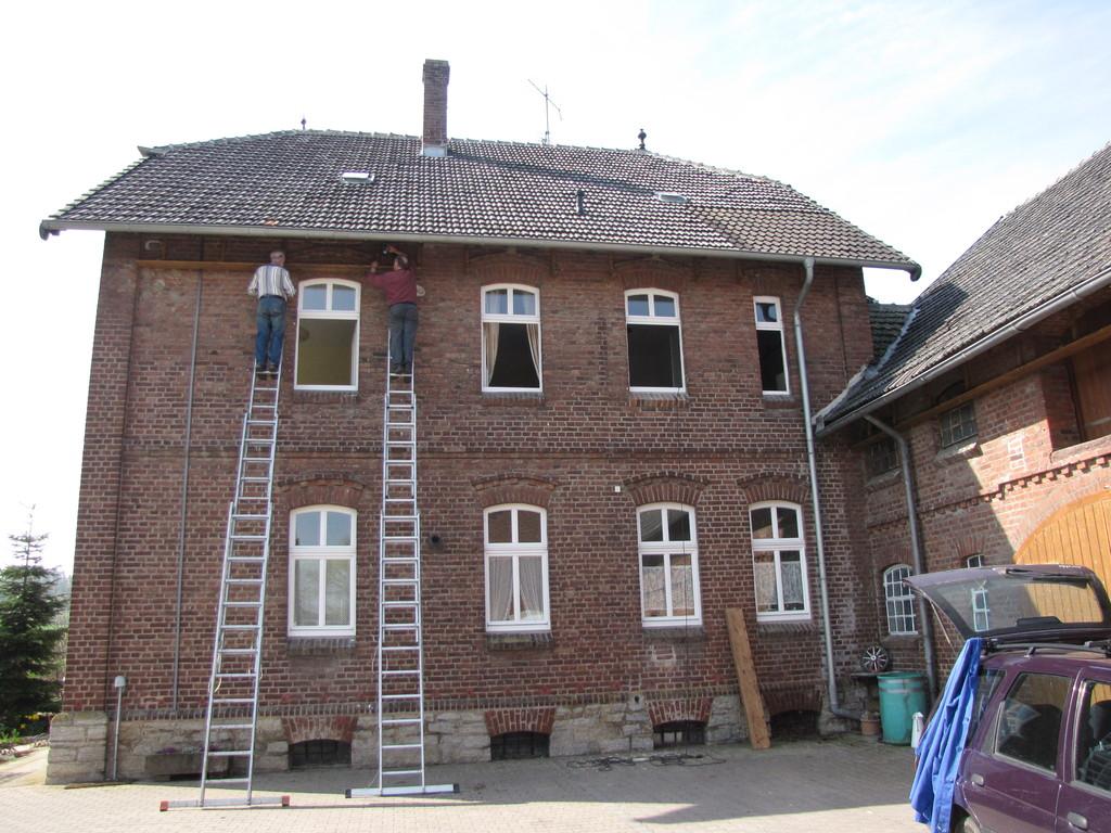 Die Kotfangbretter werden in luftiger Höhe an der Hauswand montiert!
