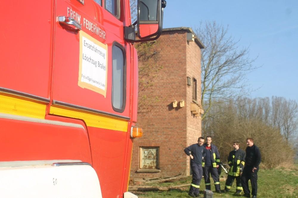 Die Freiwillige Feuerwehr Brakel unterstützt den NABU tatkräftig beim Entfernen der alten Nistkästen und dem Anbringen des neuen Turmfalkenkastens!