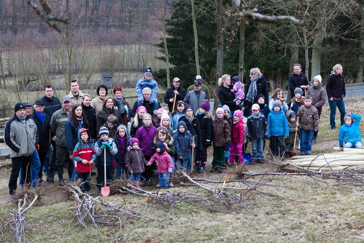 Viele Kinder und Erwachsene aus Bellersen fanden sich am Schmandberg ein
