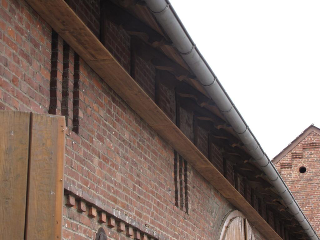 37 m Kotfangbretter verhindern die Verschmutzung durch den Schwalbenkot.