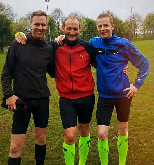 Sven Weerda (links), Mitorganisator des Weihnachtsmützenlaufs mit zwei potenziellen Teilnehmern am Ende der 2. Etappe... noch haben alle ein Lächeln im Gesicht..