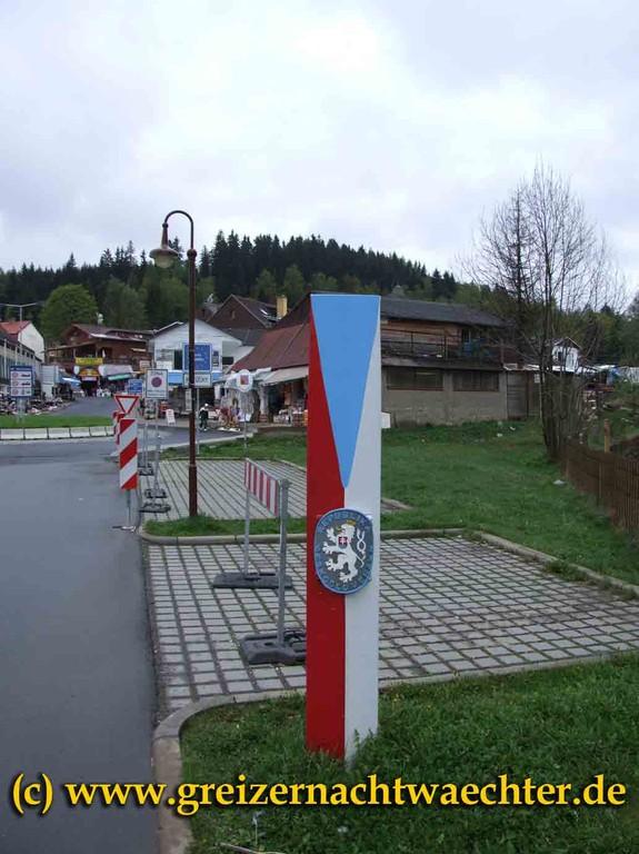 Auch aus alter Zeit. In den fünfziger Jahren stellte die damalige ČSSR solche Grenzpylonen an ihrer Staatsgrenze auf, sie sind mittlerweile fast alle verschwunden. Diese hier ist gut gepflegt und hat bereits historischen Wert.