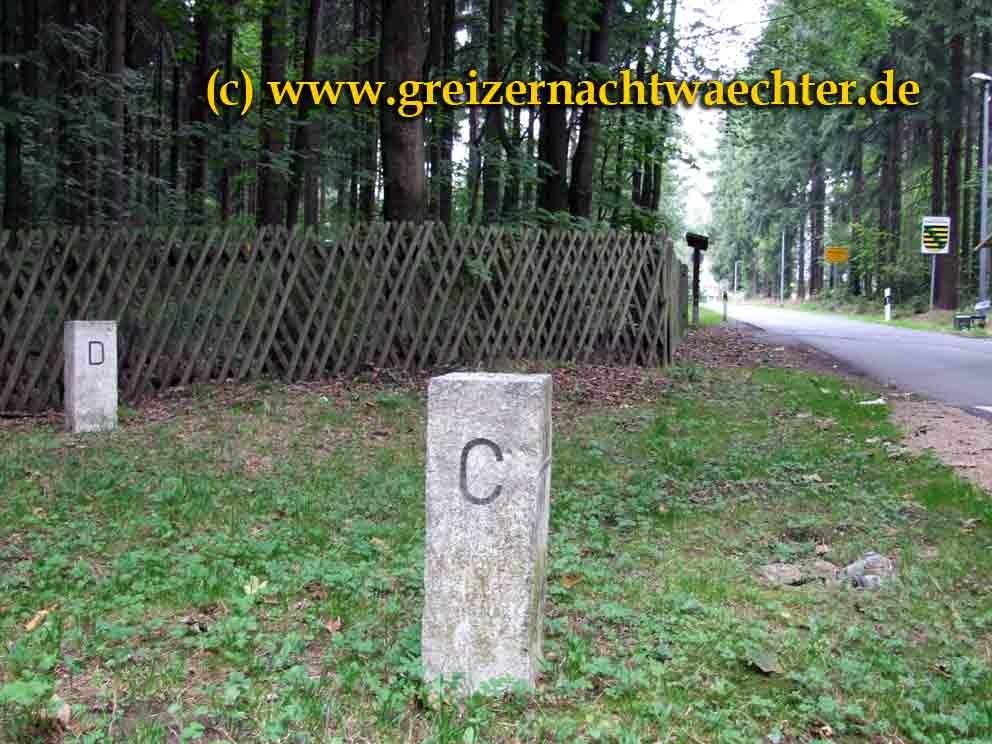 """In trauter Eintracht - Grenzsteine mit """"D"""" und """"C""""-Markierung (Deutschland/Tschechien) im Vogtlandwald"""