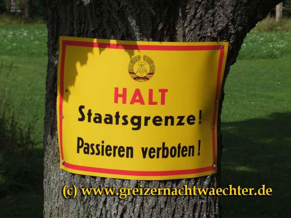 """Relikt einer vergangenen Zeit - gefunden bei Klingenthal auf tschechischer Seite auf einem Privatgrundstück., ein Spaßvogel hat hier seine Grundstücksgrenze """"markiert""""."""