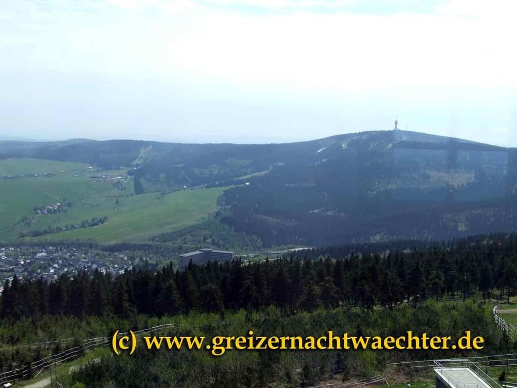 Einen schönen Blick vom sächsischen Fichtelberg hat man zum höchsten Berg des Erzgebirges, dem Keilberg auf tschechischer Seite (1244 m).