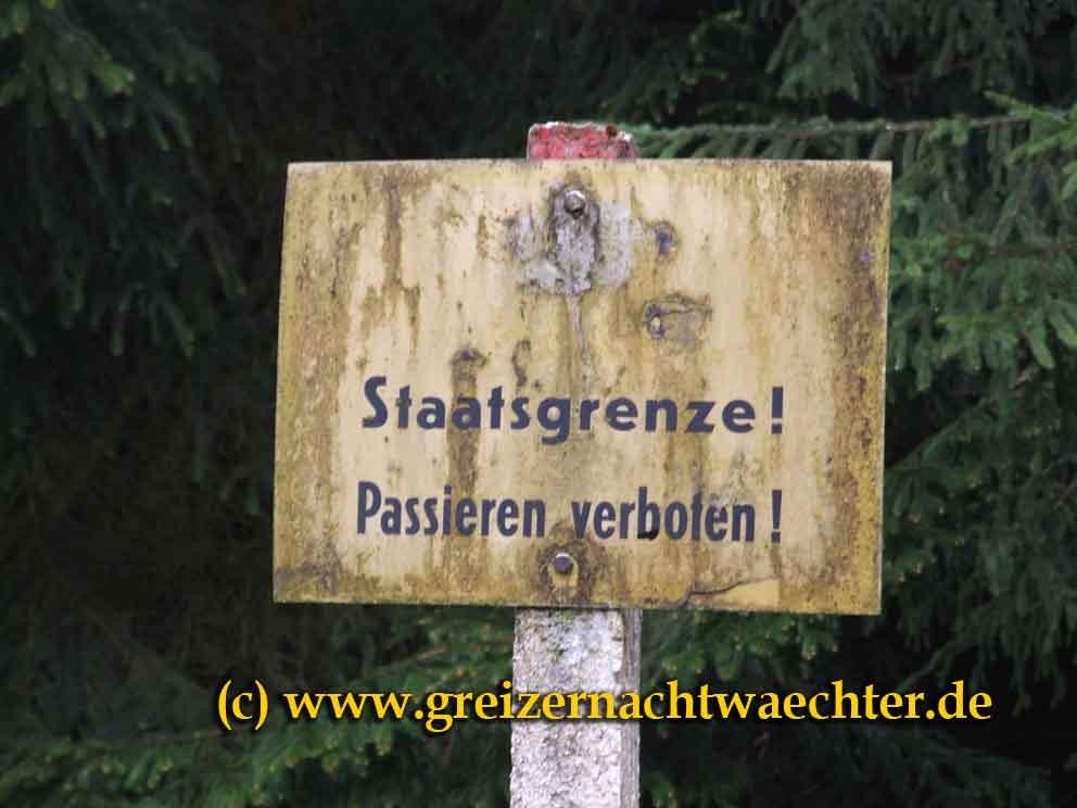 Altes DDR-Grenzschild, gesehen an der Tellerhäuserstraße im nahen Erzgebirge.